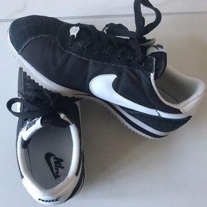 Nike Shoes - Nike Vintage Style Tennis Shoe